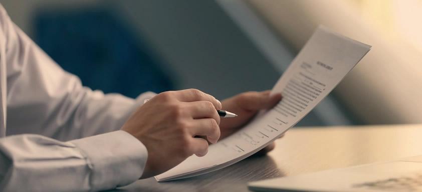 pessoa assinando contrato de locação comercial