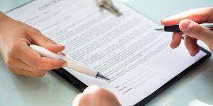 2 Pessoas assinando um contrato