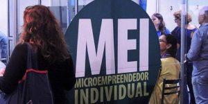 Requerimento seguro-desemprego MEI: pessoas apresentando seus documentos