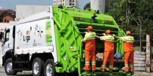 Coletores de lixo urbano em suas atividades diárias